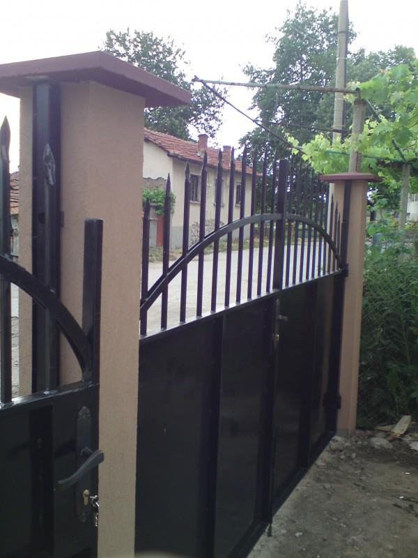 метална врата с елементи ковано желязо