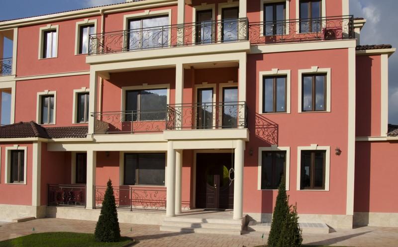 Фасада с орнаменти по ъгли и прозорци