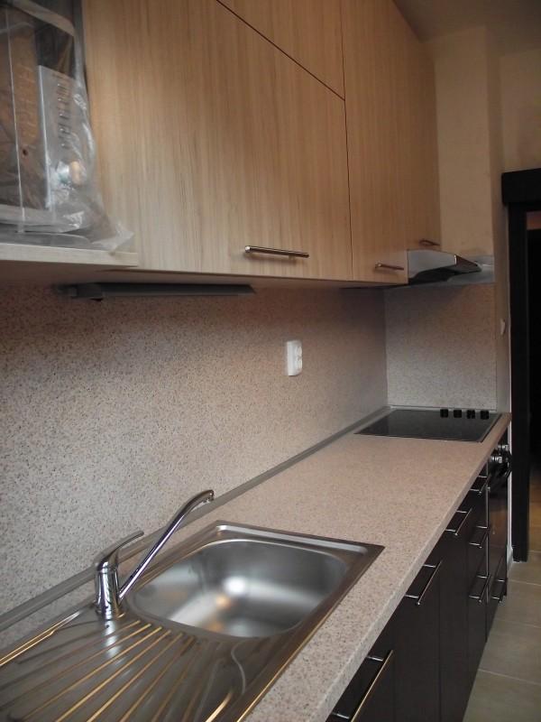Изработени са и монтирани кухненски шкафове и мивка със смесител