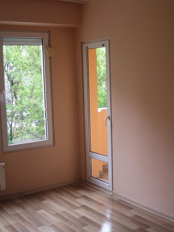 полагане ламиниран паркет, цялостна шпакловка по стени и тавани и боядисване